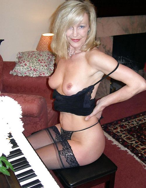 Classy mature likes playing piano and fucking